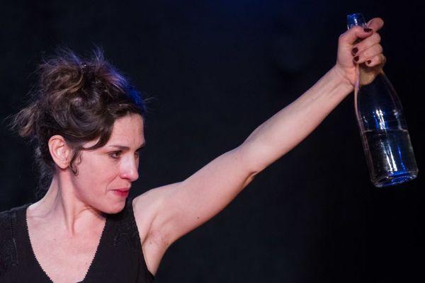 Muriel Gaudin seule en scène dans L'histoire d'une femme