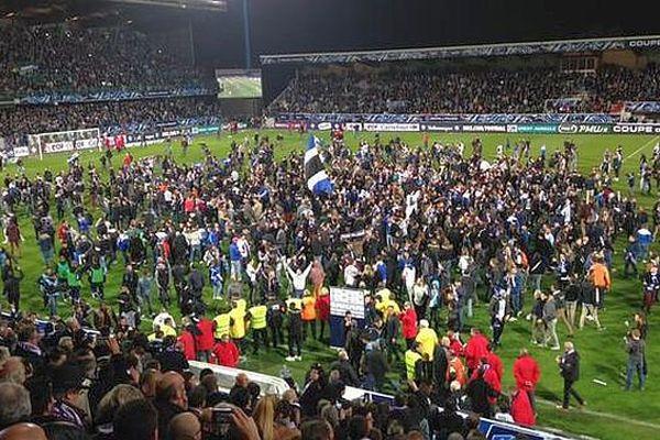 L'AJA en finale : les supporters exultent en envahissant la pelouse de l'Abbé Deschamps