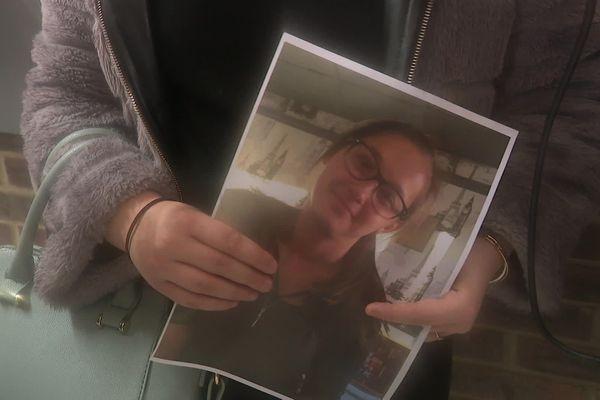 Lucile tient dans les mains le portrait de sa soeur Laura