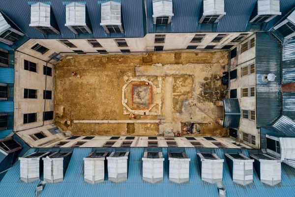 Vue prise par drone de la fouille archéologique du jeu de paume. Sa taille est un peu plus petite que 2 terrains de tennis