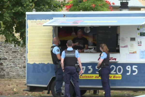 Les gendarmes autour du camion pizza installé à Sens-de-Bretagne, devant lequel la rixe a eu lieu.