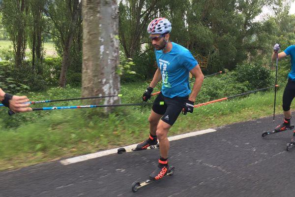 Martin Fourcade et ses coéquipiers s'entraînent notamment en pratiquant le ski-roues.