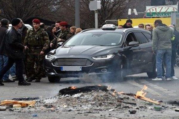 Les chauffeurs de taxis ont pratiquement tous levé la mobilisation entamée trois jours plus tôt, dans la nuit de jeudi à vendredi, après une réunion avec Manuel Valls qui a annoncé un renforcement des contrôles des VTC, leurs bêtes noires.