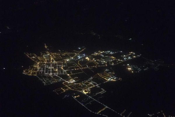 Vue aérienne de nuit.