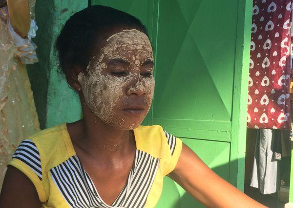 Les femmes se recouvrent le visage d'une poudre ocre