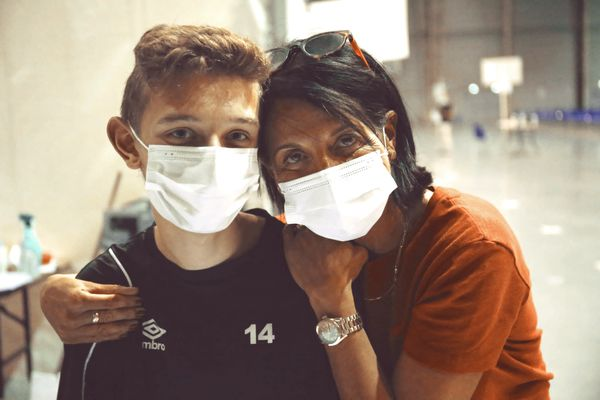 Matt Vilain, jeune bénévole, et Saliha Grévin, directrice du centre de vaccination