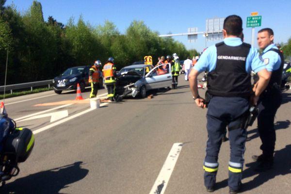 Deux véhicules se sont percutés frontalement dimanche 9 avril sur la rocade de Rennes.