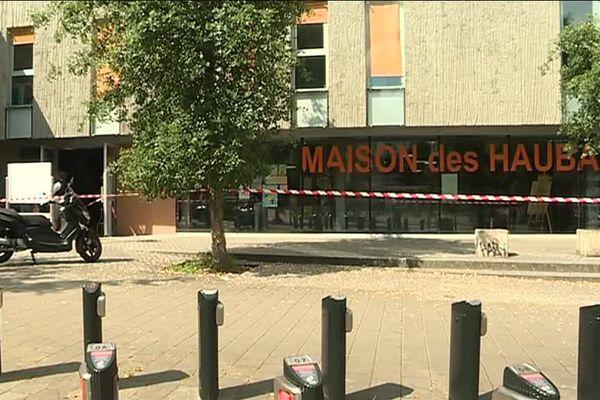 L'entrée de la Maison des Haubans a été incendiée