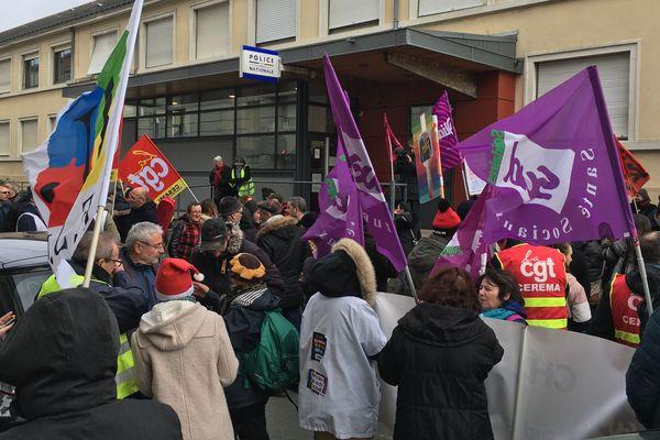 Devant le commissariat, les manifestants réclament la libération de deux lycéens et un étudiant interpellés devant le lycée Chevrollier, le 10/12/2019