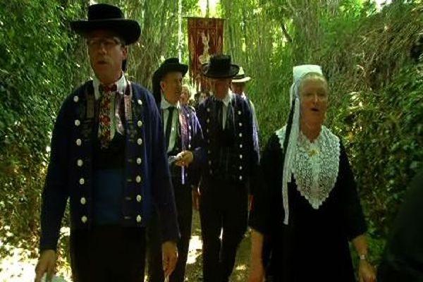 Les hommes portaient des chapeaux ronds de velours noir sur des costumes sombres, noirs et bleu profond, rehaussés de galons fleuris souvent rouges et jaunes.
