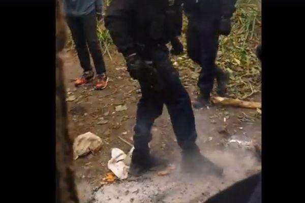 Sur la vidéo publiée par le Collectif d'Aide aux migrants de Ouistreham, des gendarmes mobiles sont filmés en train d'éteindre un feu allumé par des migrants.