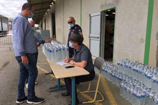 Plus de 200 000 bouteilles d'eau ont été distribuées mercredi et jeudi, aux habitants des 41 communes concernées par l'épisode de pollution de l'Aulne, dans le Finistère.