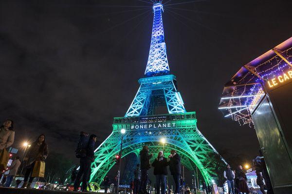 La Tour Eiffel illuminée à l'occasion du One Planet Summit, en décembre 2017.