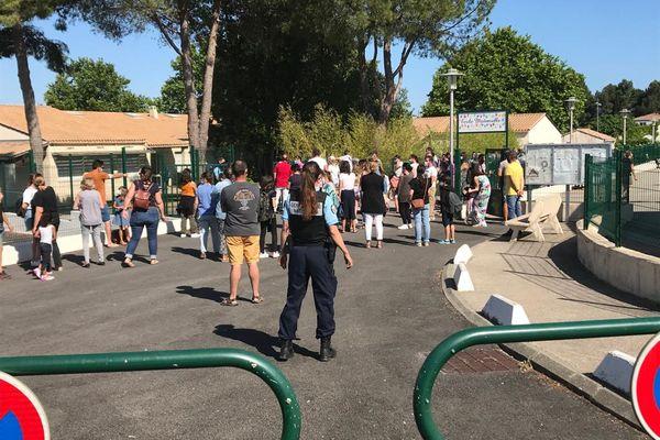 Un dispositif policier a été déployé à l'entrée du grouep scolaire Albert-Dubout à Saint-Aulnès (Hérault) ce 3 juin 2021.