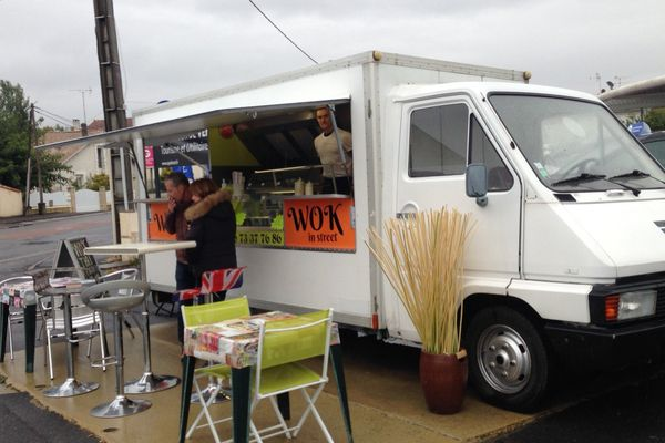 Pour contourner l'interdiction, ce propriétaire de Food Truck s'est installé sur un terrain privé au Gond-Pontouvre à l'entrée d'Angoulême.