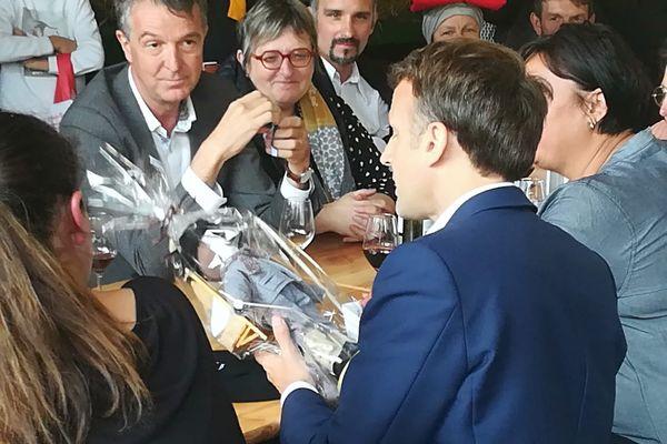 La Mounaque (poupée) offerte à Emmanuel Macron lors de sa visite à Sainte-Marie de Campan