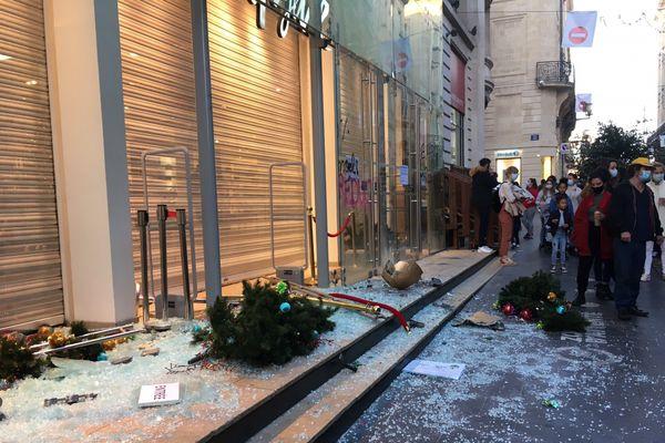 Samedi, rue Sainte-Catherine, des vitrines ont été brisées par des casseurs en fin de manifestation