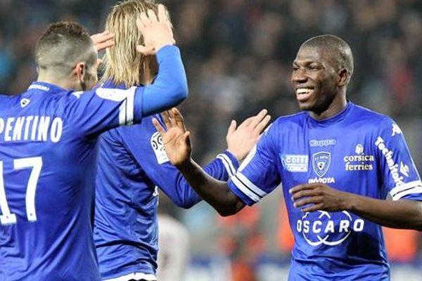 Adama Ba félicité par ses coéquipiers du Sporting