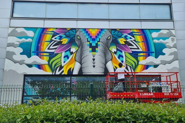 L'artiste rémois Cézart a réalisé cette fresque au Clos du chêne pour la 3e édition du festival d'art urbain.  Elle mesure 10m x 3m et a été réalisée en 4 jours.