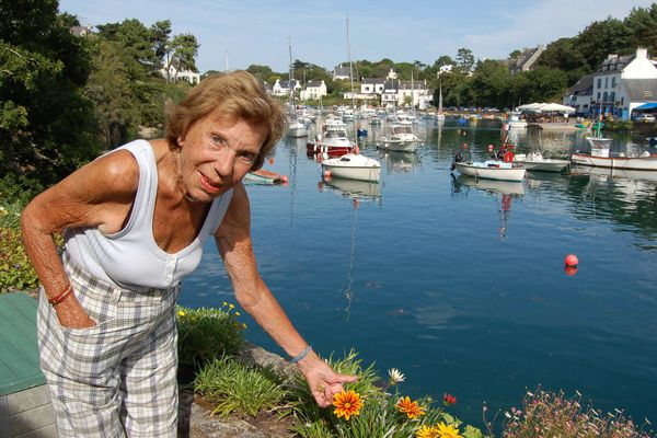 Benoîte Groult dans le jardin de sa maison du petit port de Doëlan à Clohars-Carnoët (29)