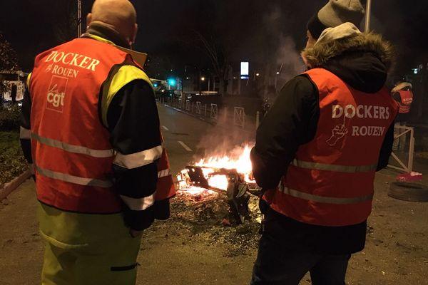 certains dockers ont passé la nuit surplace pour entretenir le piquet de grève devant les locaux du grand port maritime de Rouen.