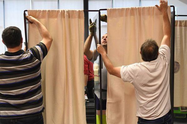 Installation des bureaux de vote pour le scrutin du second tour de l'élection présidentielle à Rennes