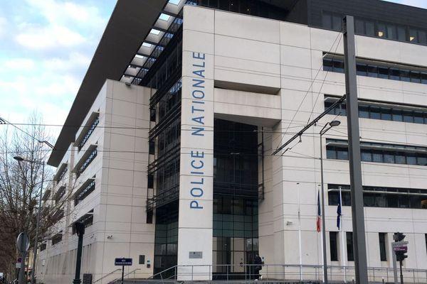 Le suspect a été interpellé et placé en garde à vue à l'hôtel de police de Bordeaux.