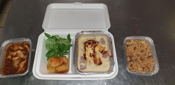"""""""Cassolette de pleurotes de Cussangy braisées a la bière du moulin de St Martin, jambonneau de porc gratiné au Chaource de la fromagerie de Chaource, et crumblepommes-coing, provenant des vergers privés autour de nous"""" précise le chef cuisinier Vincent Chevaliaras"""