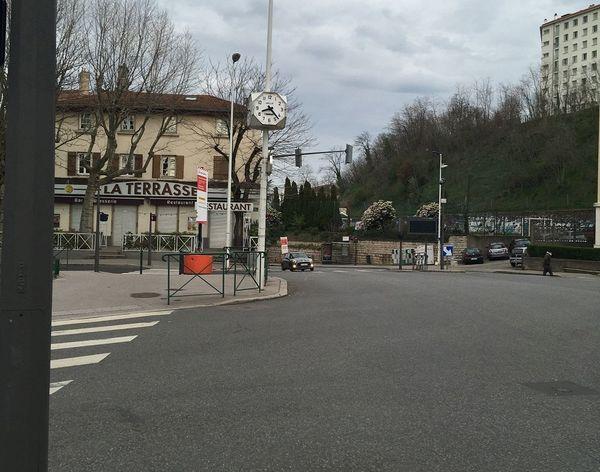 La place Trion vide, les voitures ont déserté. Aux heures de pointe, c'est un itinéraire saturé d'ordinaire ... Le café avec terrasse de la place est fermé depuis samedi minuit.