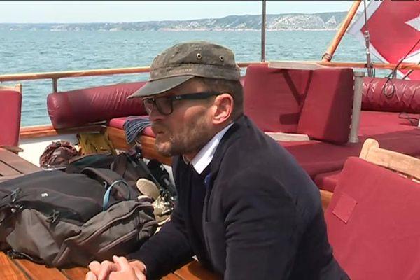 L'écrivain voyageur Sylvain Tesson part sur l'itinéraire d'Ulysse, 2 500 ans après l'Odyssée d'Homère.
