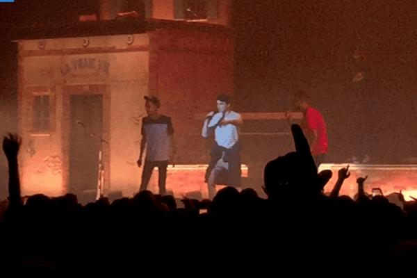 Mickael entouré par Big Flo et Oli sur la scène du Zénith de Lille