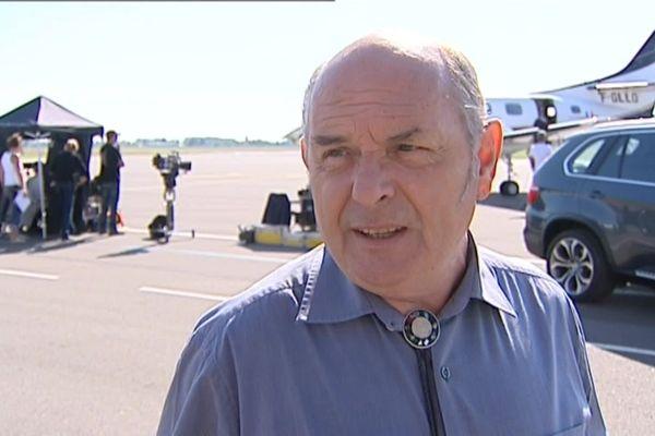 """Jean-François Stévenin, à l'aéroport de Dole-Tavaux lors du tournage de """"Le mystère du vin jaune"""" de la série """"Le sang de la vigne"""""""