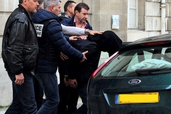 """Mickael Baehrel, le principal suspect dans le meurtre d'Alexandre Junca est escorté jusqu'à une voiture après avoir admis durant sa garde à vue qu'il """"avait battu"""" Alexandre avec un marteau le 7 avril 2013."""