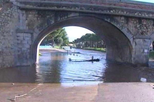 Sous le pont, la Massane en crue à Argelès-sur-Mer