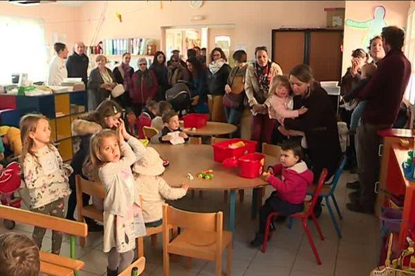 Les enfants et parents d'élèves ont symboliquement investi l'école du village ce matin