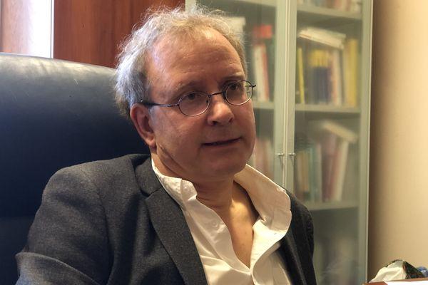 """""""Cette crise nous ramène à nous-même et au sens de la vie. Et certains ont beaucoup de mal à être avec eux-mêmes"""" Pascal Delamillieure, chef du service de psychiatrie du CHU de Caen."""