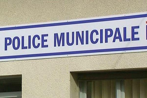 Le maire de Nevers, Denis Thuriot (sans étiquette) a annoncé qu'il avait pris la décision d'armer les policiers municipaux de la ville.