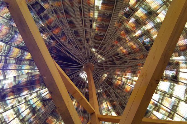 A l'intérieur, la lumière qui passe à travers les sacs plastiques donne à la structure des airs de cathédrale.
