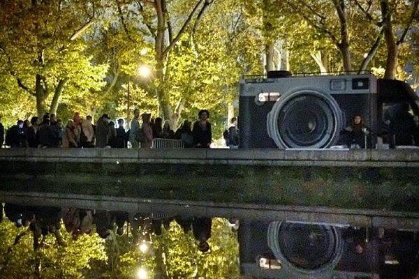 L'artiste JR installe son camion photographique à Paris