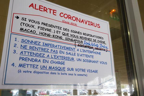 Photo d'illustration. À l'hôpital de Bayonne, une affiche de prévention au sujet du coronavirus.