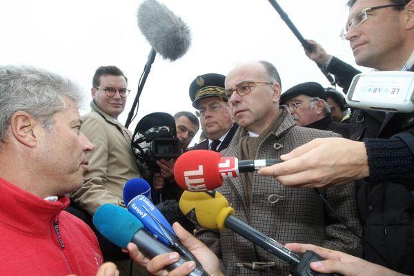 Bernard Cazeneuve rencontre des habitants