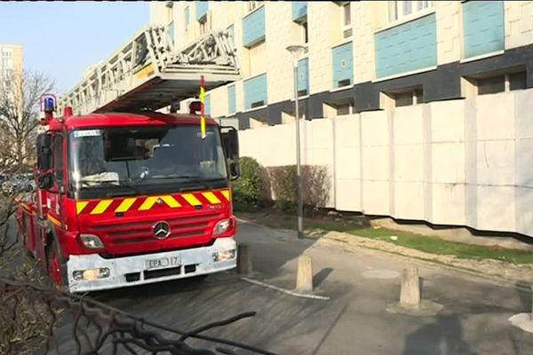 Une personne âgée est morte et deux pompiers ont été grièvement blessés jeudi matin dans l'incendie d'un immeuble de 14 étages à Aulnay-sous-Bois (Seine-Saint-Denis).