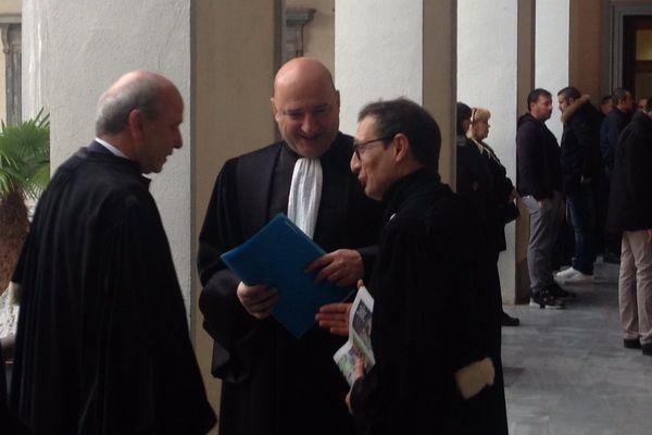 Au milieu, Nicolas Bessone procureur de la République qui représente le ministère public.  A gauche, Me Dominique Mattei et à droite, Me Jean-Sébastien de Casalta, défendent Sébastien Mattei, un quatre accusés.