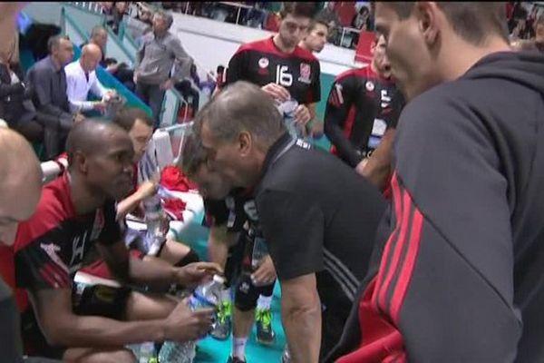 Avant le début du match, le coach Sivano Prandi donne ses consignes au passeurJavier Gonzalez.