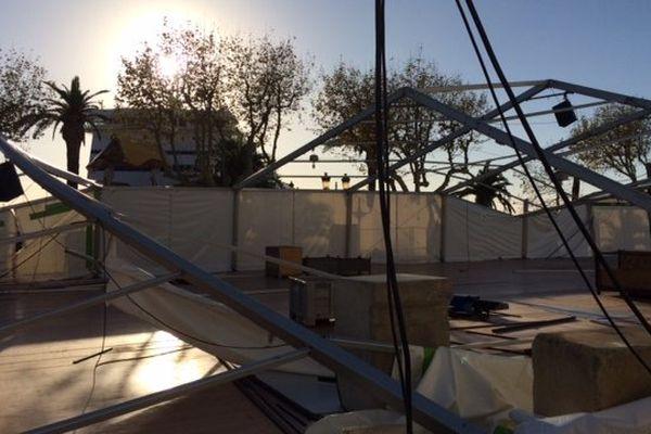 Le chapiteau qui devait accueillir ce weekend le Salon du Chocolat a été détruit par les rafales de vent.