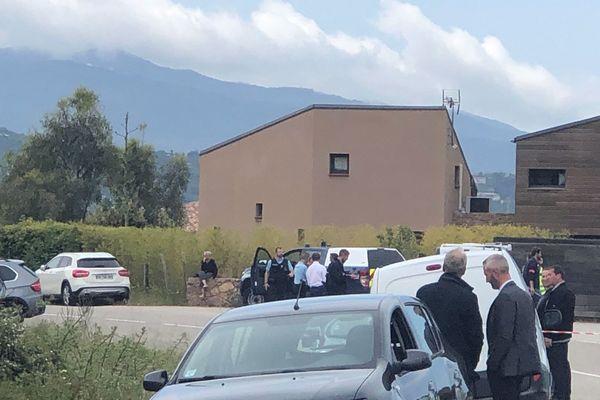 La voiture de la victime, le 4X4 à gauche de la photo, a fini sa course dans le fossé. Les enquêteurs sont sur les lieux pour les premières constatations.