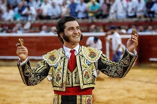 """Une image trop rare cette saison. Morante de la Puebla, tout sourire après avoir coupé les deux oreilles de """"Marc"""", toro de Juan pedro Domecq. Huelva, 3 août 2018."""
