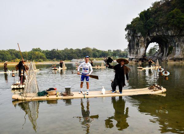 Julian Alaphilippe prend la pose à Guilin (Chine) au terme du Tour du Guangxi, le 24 octobre 2017.