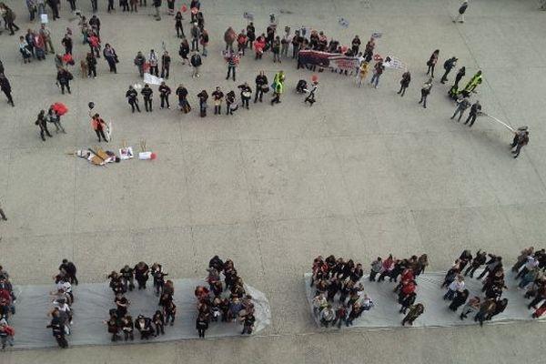 """Les manifestants ont dit """"stop"""" à la corrida en formant des lettres humaines"""