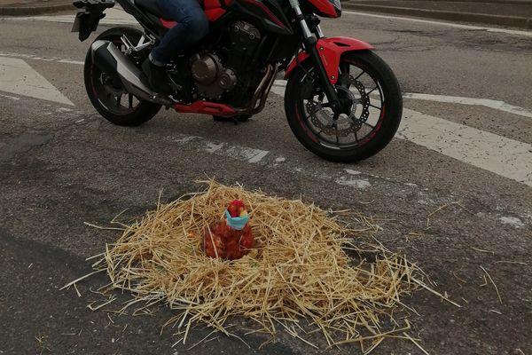 De la paille et une cocotte en peluche, pour dénoncer la dangerosité des nids-de-poule dans la route.
